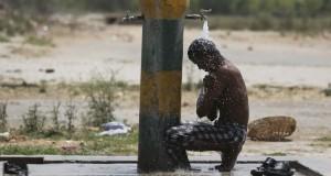 trabajador-refresca-calurosa-Amritsar-India_LPRIMA20150526_0119_24
