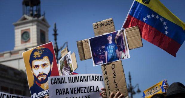 GRA084. MADRID, 23/04/2017.- Concentración celebrada hoy en la Puerta del Sol de Madrid en apoyo a los venezolanos que piden el fin del régimen de Nicolás Maduro. EFE/Luca Piergiovanni