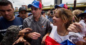 VEN22. CARACAS (VENEZUELA), 07/05/2017.- El dirigente opositor venezolano Henrique Capirles (c) junto a un grupo de personas participa en una manifestación hoy, domingo 7 de mayo del 2017, en la ciudad de Caracas (Venezuela). Cientos de personas marcharon hoy en Caracas portando instrumentos musicales y pancartas para rechazar la escalada de violencia que ha vivido Venezuela en medio de una ola de protestas que se inició el pasado 1 de abril y que ha dejado 37 muertos y más de 700 heridos. EFE/MIGUEL GUTIÉRREZ